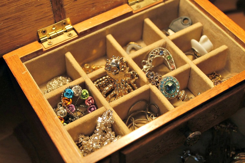 How to organize your jewelry to prevent tangles